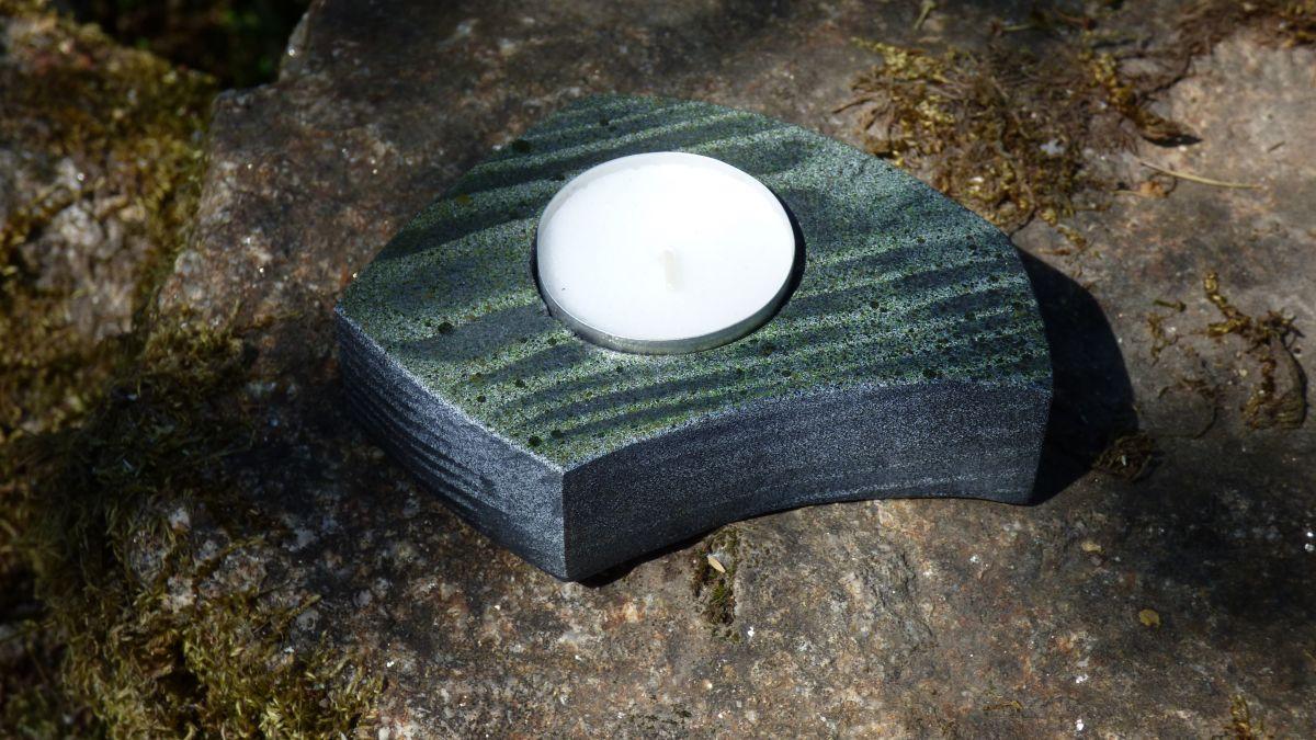 Petit bougeoir décoratif en bois de pin chantourner et peint