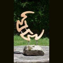 Lune chantournée en mélèze avec son socle en granit