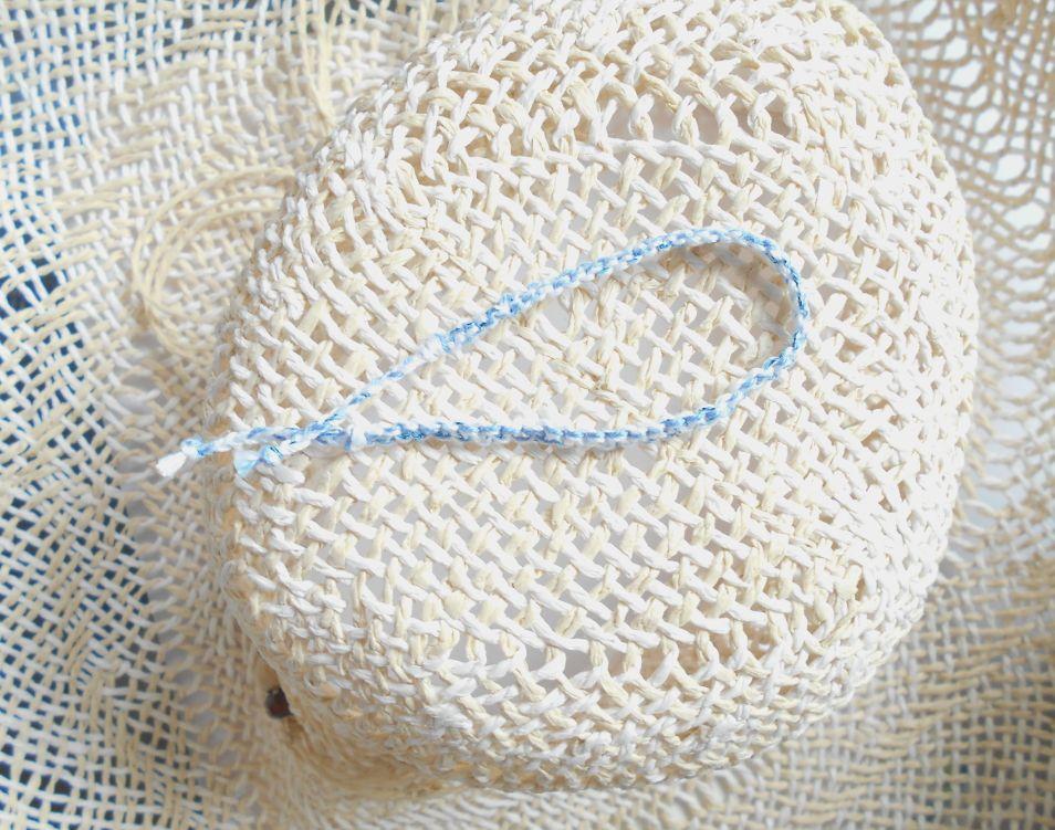 Bracelet en macramé plat 4 fils, coloris blanc et bleuet, aspect satiné, relevé d'un fil lurex très fin bleu métallisé
