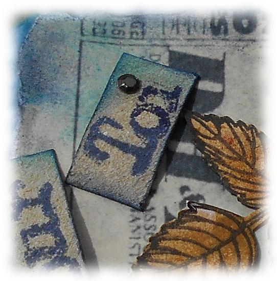 Card altérée scrapée vintage shabby fond bleu et fleur orangée, fête, anniversaire, cadeau