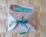 Enveloppe étui à cartes en papier intérieur fleuri pop beige rosé extérieur fleuri blanc bleu clair à coeurs