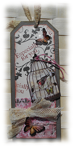 """Shabby chic ou rétro pour ce tag carte gris rose et dentelle  """"Especially for you"""" aux papillons 3D colorisés encre distress"""
