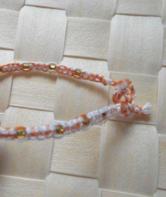 Tour de poignet en macramé corail blanc avec perles de rocaille dorées