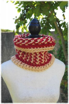 Snood adulte crocheté à la main de couleur rouge et beige-or