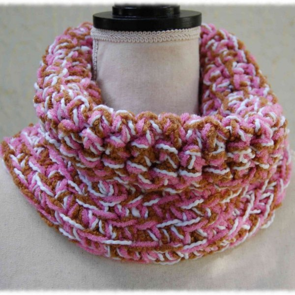 Snood ou écharpe tube crocheté à la main en laine blanc rose et marron