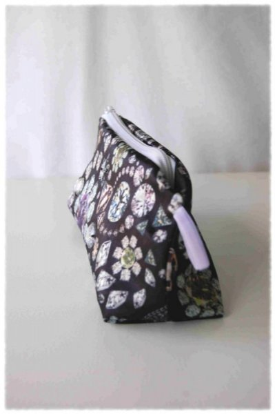 Trousse de toilette en satin noir impression diamants, brillants cousus et ruban velours mauve
