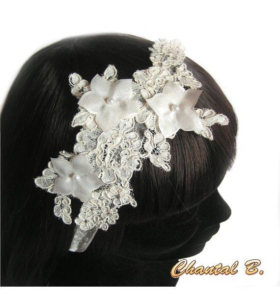 Bracelet dentelle ivoire fleur de soie bleue et strass manchette de mariage