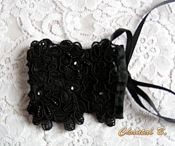 Bracelet dentelle manchette de soirée dentelle noire en relief rebrodée main perles Alice