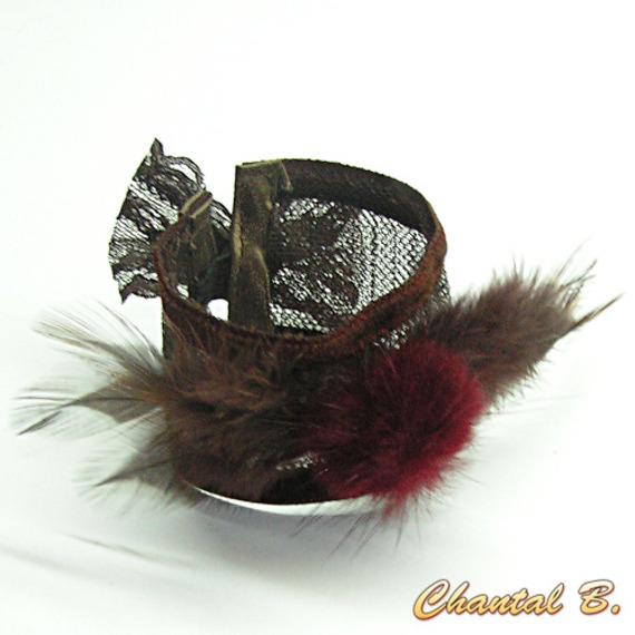 SUR COMMANDE - Bracelet manchette dentelle chocolat plumes et pompon bordeaux