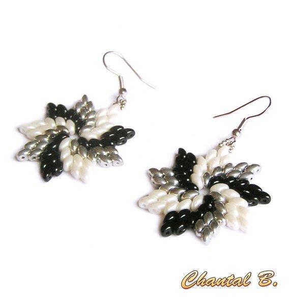 boucles d'oreilles originales perles de verre blanches noires et argent