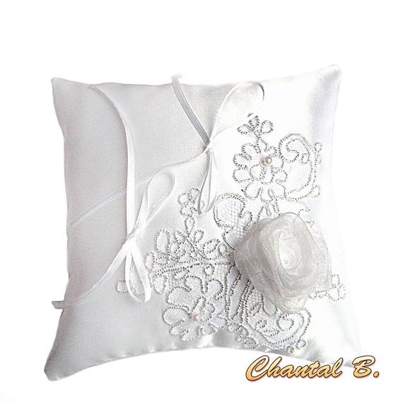 coussin d'alliances pour mariage thème rose blanche romantique dentelle argentée