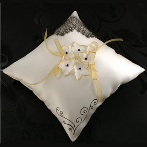 coussin porte alliances satin ivoire dentelle dorée fleurs de soie