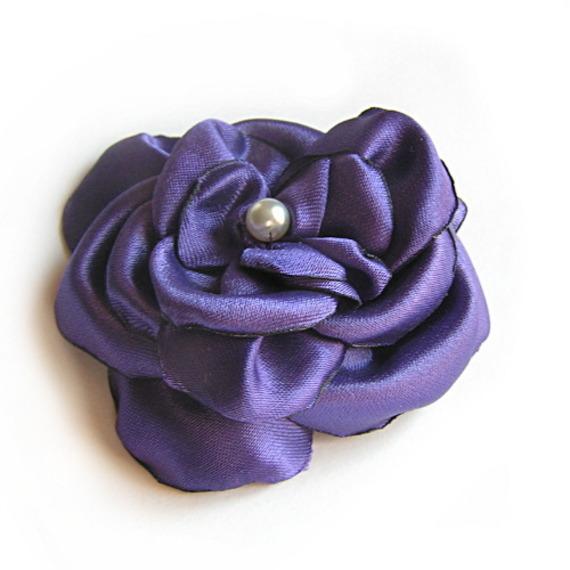 fleur de satin violet et perle nacrée faite main pour accessoire mariage