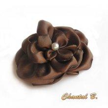 fleur de satin chocolat et perle nacrée faite main pour accessoire mariage