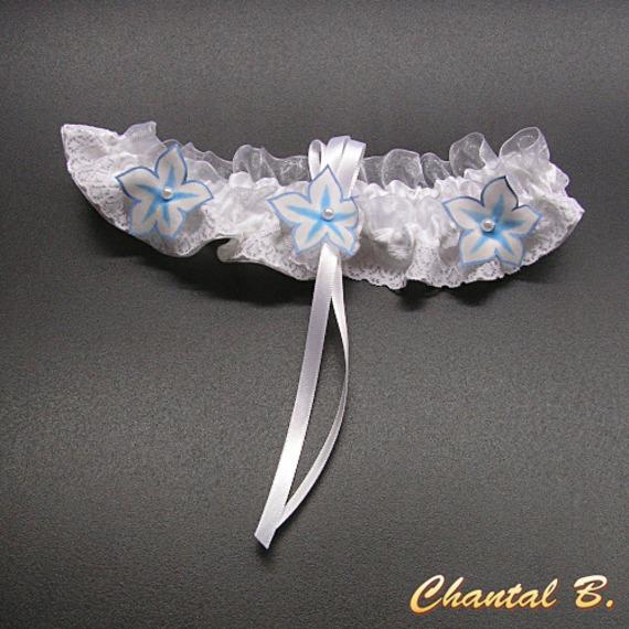 jarretière mariage satin et dentelle blanche fleurs soie bleue romantique