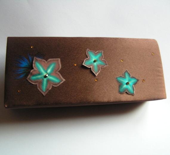 sac pochette de soirée ou mariage satin chocolat fleurs soie turquoise strass dorés