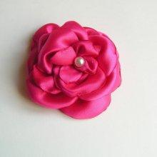 fleur de satin rose fuchsia et perle nacrée faite main pour accessoire mariage