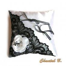 SUR COMMANDE - coussin d'alliances pour mariage romantique satin blanc fleur de satin et dentelle noire