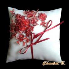 coussin mariage porte alliances satin blanc dentelle fleurs rouges et strass