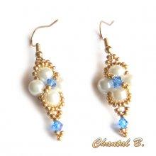 boucles d'oreilles cristal swarovski bleu saphir perles blanches et or soirée mariage cérémonie plaqué or