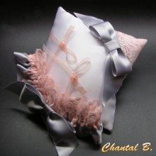 Ensemble coussin mariage romantique porte alliances et jarretière dentelle rose saumon