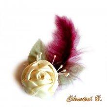 Broche fleur de satin ivoire plume bordeaux mariage cérémonie