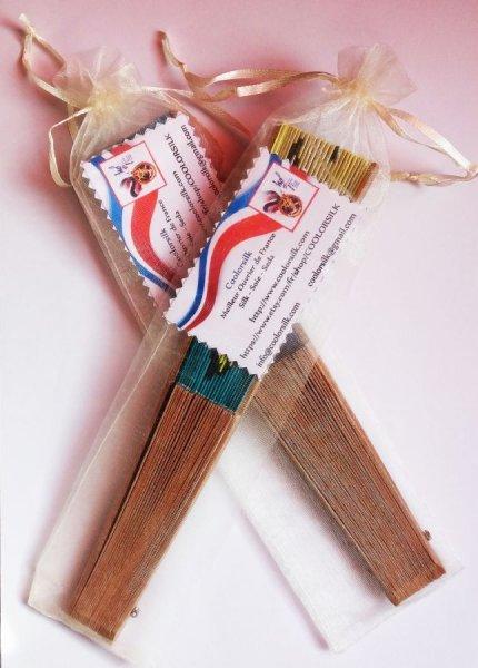 Eventail en soie  peinte à la main et bois recouvert de véritables feuilles d´or