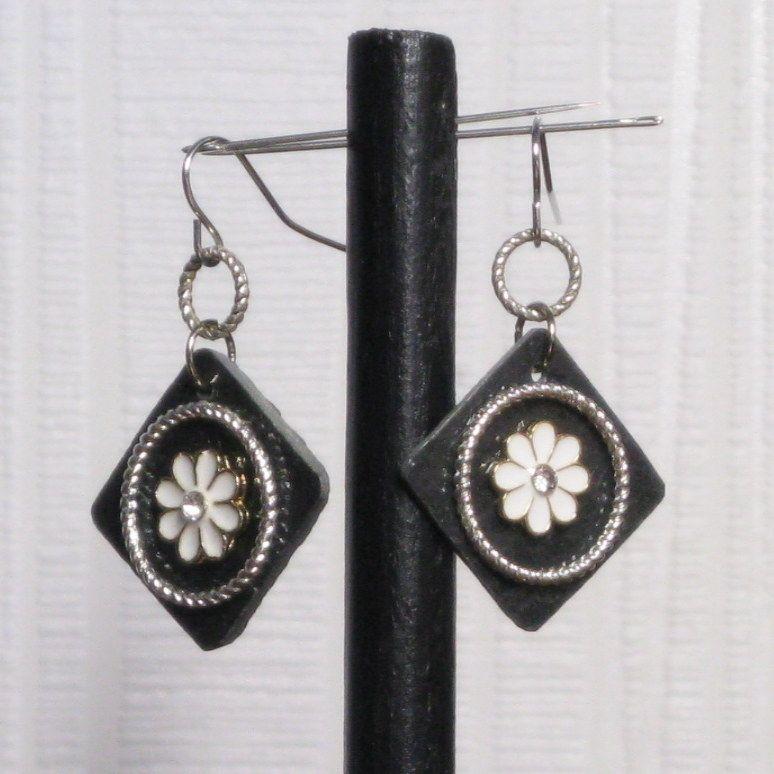 Boucles d'oreille pour Femme en Ardoise et Fleur Blanche, Création Unique