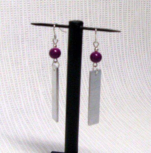 boucles d'oreille aluminium et perle violine oreilles percées