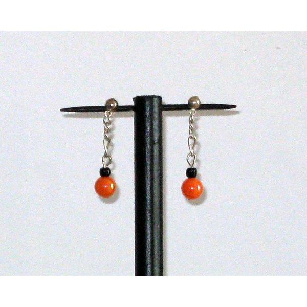boucles d'oreille orange et noire sur chaine monté sur puce