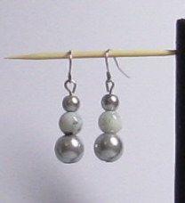 boucles d'oreille pendant trois perles grises oreilles percées