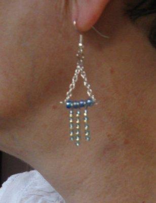 boucles d'oreille pendante oreilles percées bleu et doré