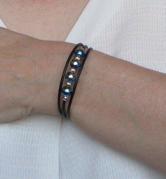 bracelet trois rangs bleu et métal argenté sur silicone noir style moderne
