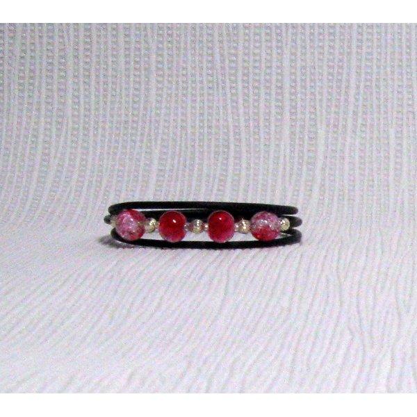 bracelet trois rangs rouge et argenté sur silicone noir