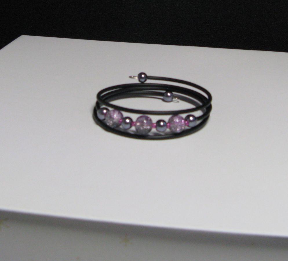 bracelet trois rangs violet et gris sur silicone noir