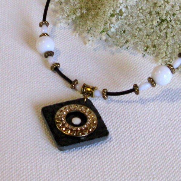 collier ardoise blanc et or montage silicone noir, création fait main