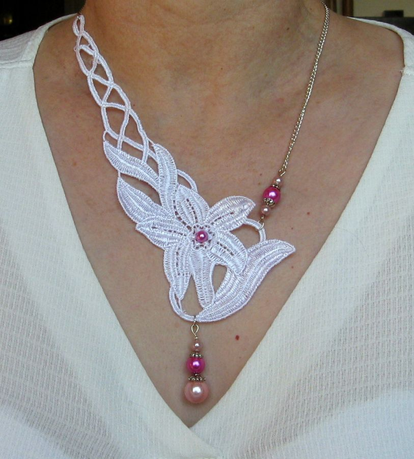 collier asymétrique en dentelle blanche et perles nacrées rose pour mariage