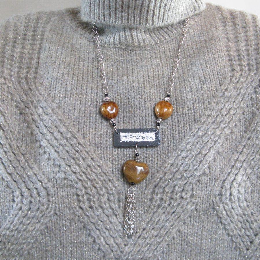 Collier Fantaisie Long pour Femme en Ardoise et Perles en Céramique Marron Forme Coeur, Création Unique