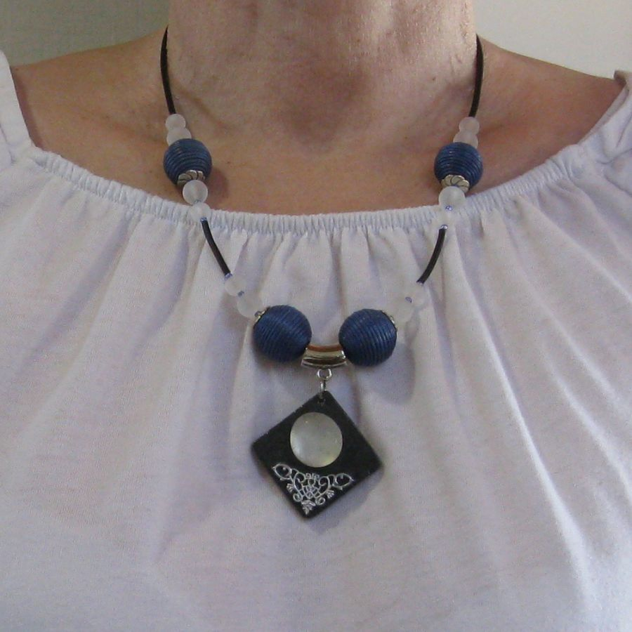 Collier pour Femme en Ardoise et Cabochon de Verre monté sur un Cordon de Silicone habillé de Grosses Perles bleues, Création unique