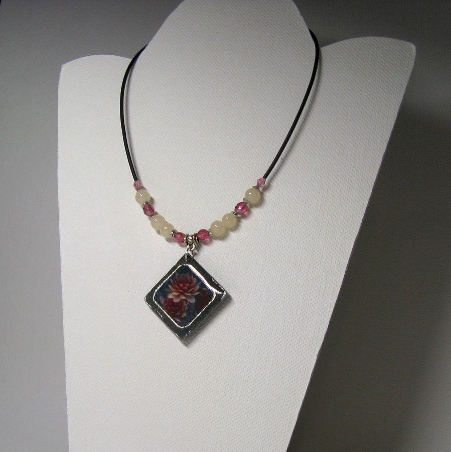 Collier Femme en Ardoise Fleurs Rose sur Cordon Silicone et Perles, Création Artisanale Unique