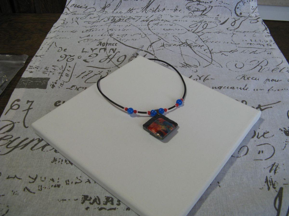Collier Femme en Ardoise Montée sur cordon de Silicone Noir ponctué de Perles, Création Unique