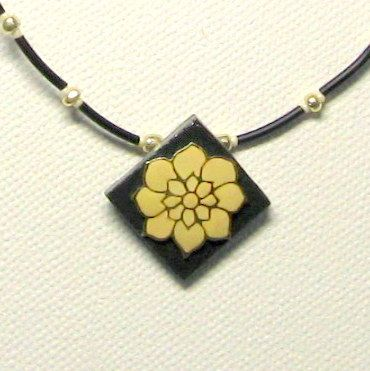 Collier femme fleur écrue sur ardoise montage silicone noir, création fait main