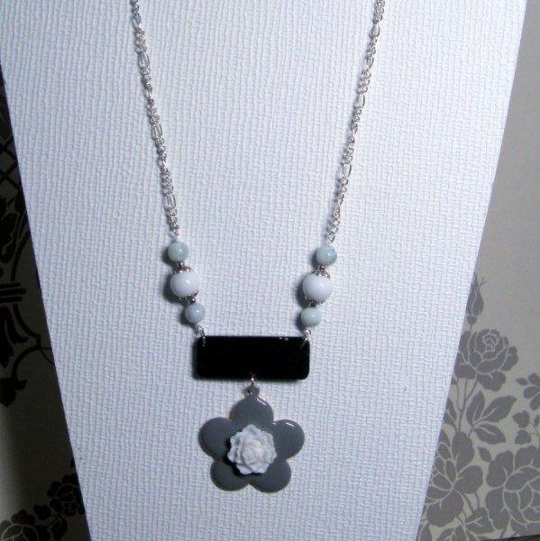 collier fleur grise emaillé et blanche en résine