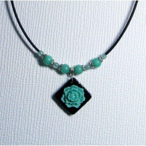 collier pendentif romantique fleur vert d'eau sur ardoise et cordon silicone noir