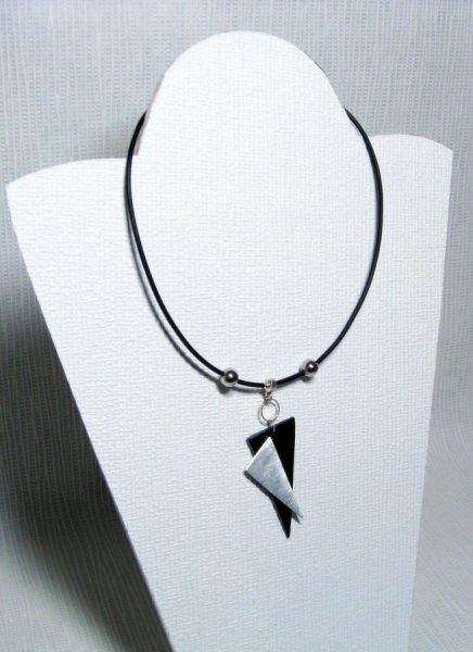 collier moderne triangles aluminium et ardoise