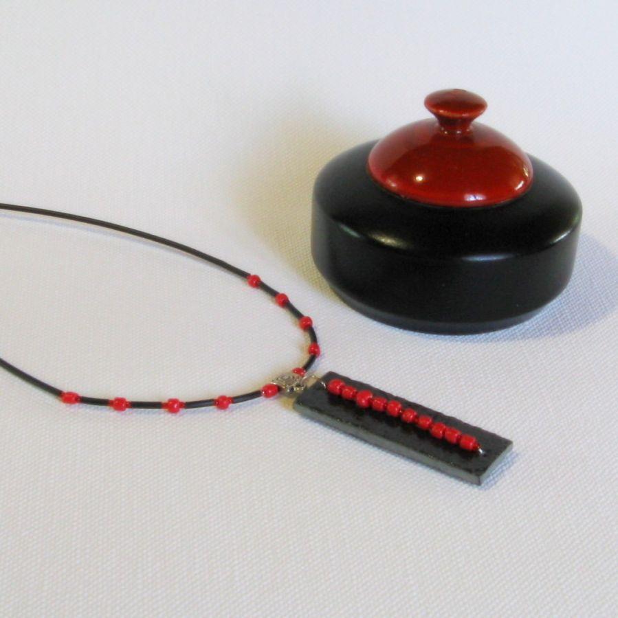 Collier pendentif ardoise perles rouge sur silicone noir