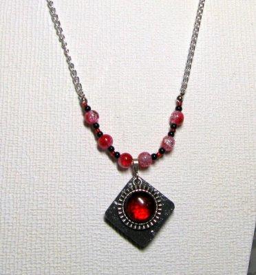 collier pendentif cabochon rouge sur ardoise montage chaine