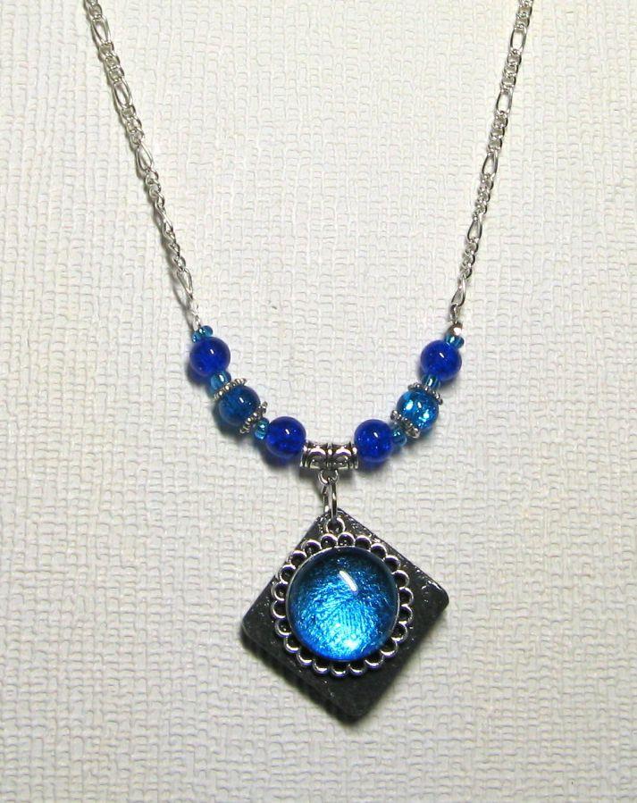 collier pendentif cabochon turquoise sur ardoise montage chaine