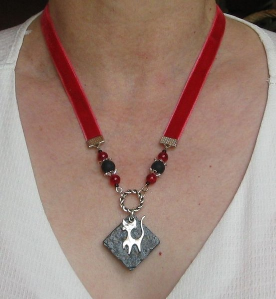 collier pendentif chat sur ardoise et velours rouge