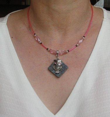 collier pendentif chouette argentée yeux rose sur perle et pvc rose